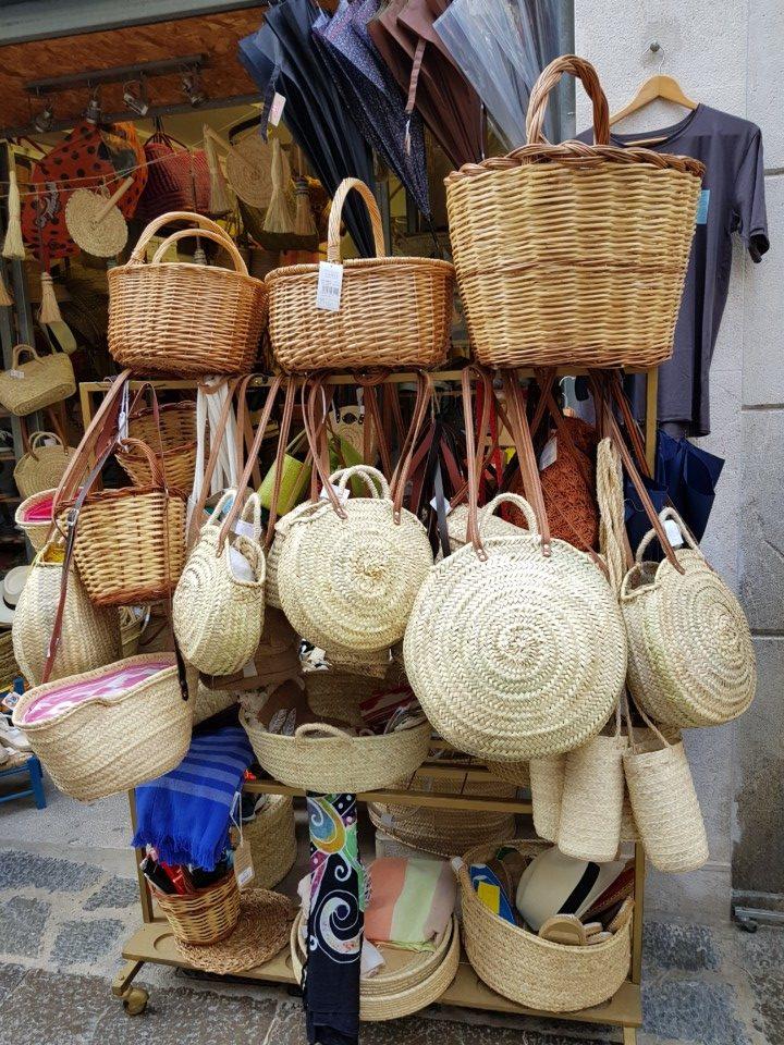 Tipični suveniri sa Baleara - pletene korpe